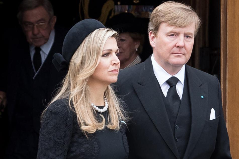 2017 hatte Königin Máxima bereits um ihren Vater Jorge Zorreguieta trauern müssen. Damals wie heute steht Willem-Alexander ihr bei.