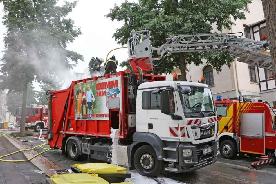 Um den Brand zu löschen, musste die Feuerwehr das Dach des Müllwagens aufschneiden.
