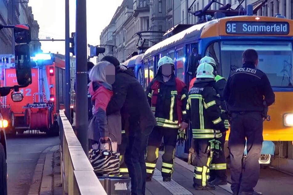 Der Schock sitzt tief: Am Samstagnachmittag geriet eine Frau (26) unter die Straßenbahn.