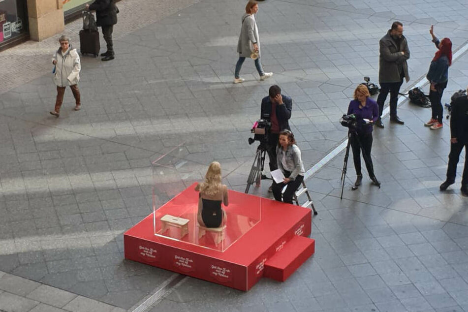 Die verdutzten Blicke der Einkaufszentrums-Besucher brachten die Berlinerin nicht aus der Ruhe.