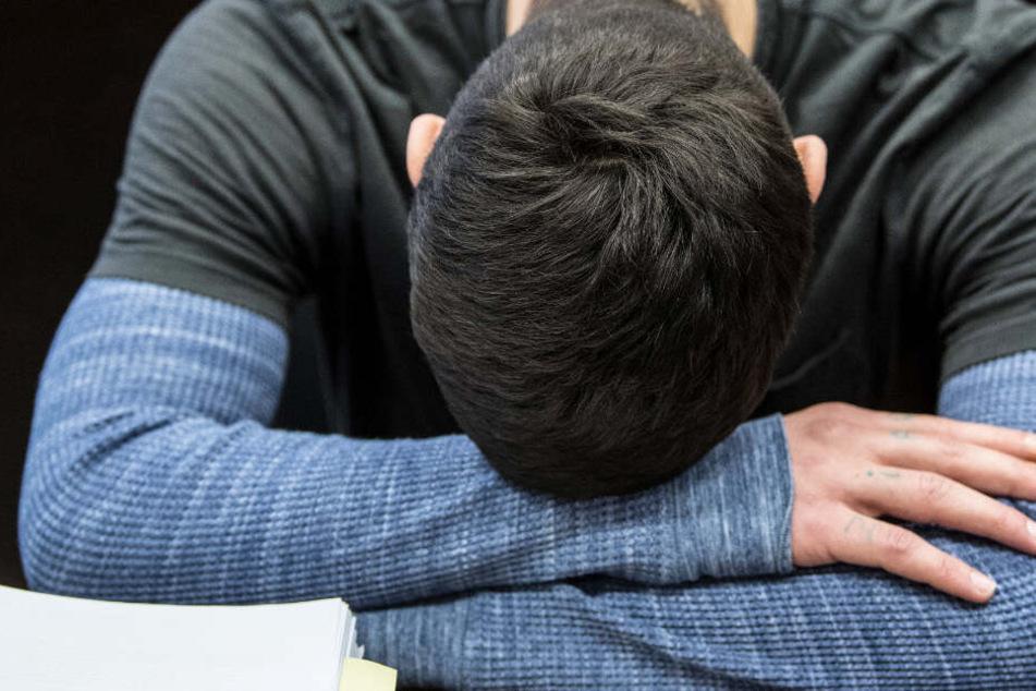 Der Angeklagte Ali Bashar hatte zum Prozessauftakt den Kopf auf die Arme gelegt.