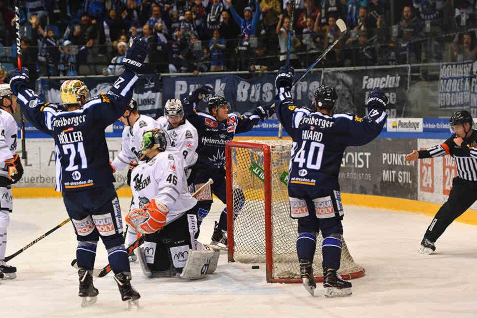 Alexander Höller (l.) und Nick Huard (r.) bejubeln den Treffer von Eislöwe Martin Davidek.
