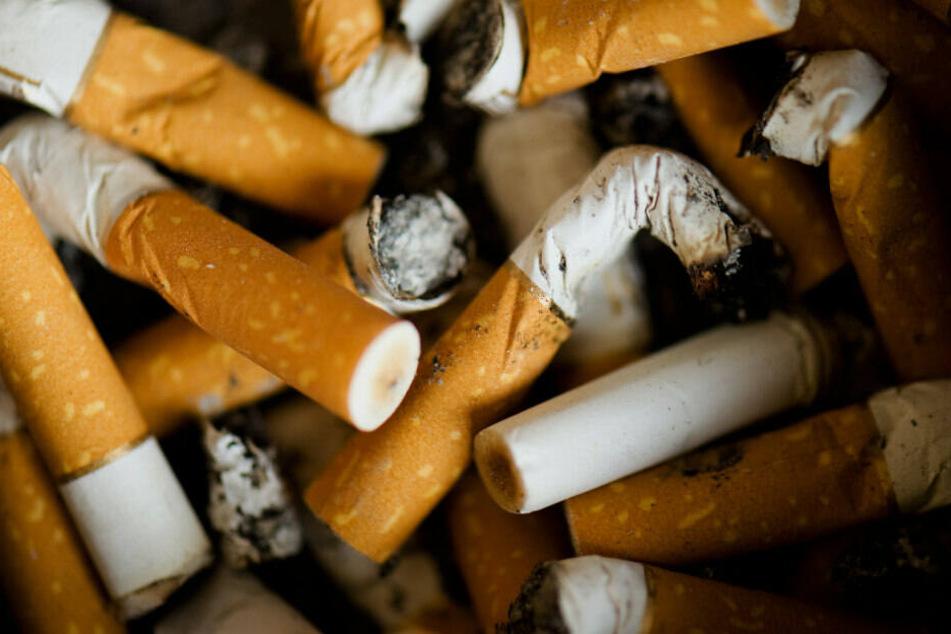 Zigarettenstummel belasten die Umwelt. (Symbolbild)