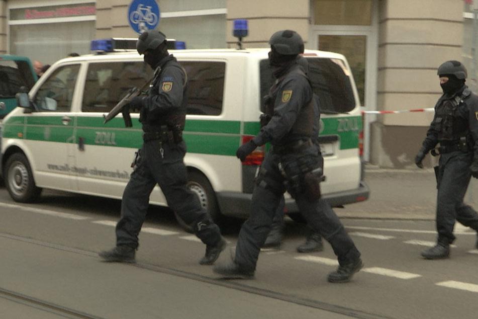 Mit Maschinenpistolen stürmten die Einsatzkräfte das Gebäude in Leipzig-Volkmarsdorf.