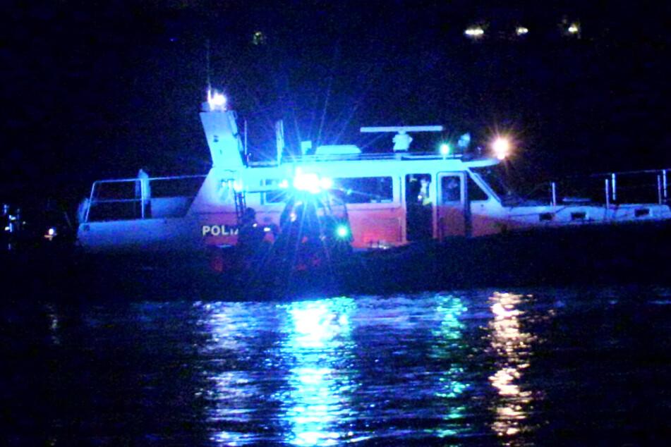 Trotz Hochwasser: Schiff läuft bei Düsseldorf auf Grund, Rettungsaktion