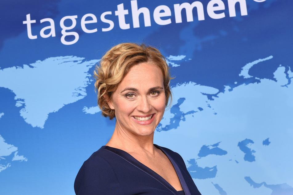 Die ARD Tagesthemen-Moderatorin Caren Miosga (52) lächelt in Hamburg bei einem Fototermin.