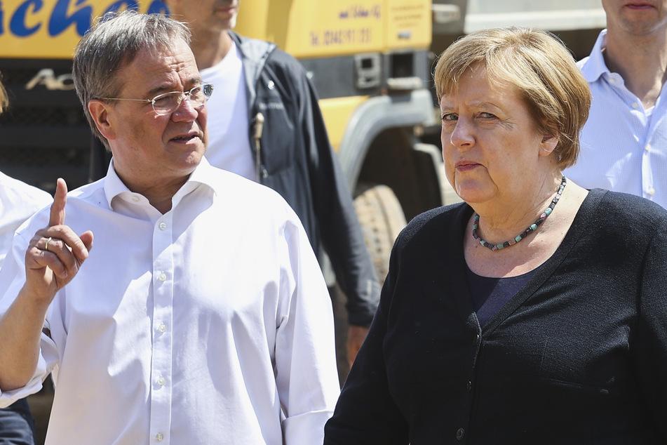 Bundeskanzlerin Angela Merkel (67,CDU) und NRW-Ministerpräsident Armin Laschet (60, CDU) informieren sich im Stadtteil Iversheim über die Lage nach der Flutkatastrophe.