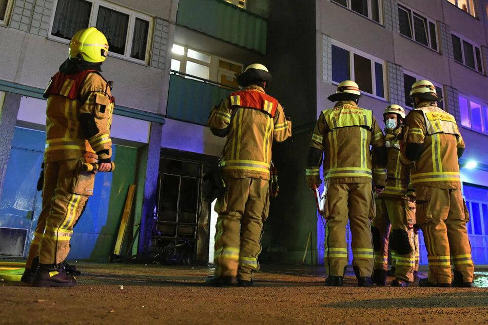 In Prenzlauer Berg ging in der Nacht zu Samstag abgestellter Sperrmüll in Flammen auf, die dann auf das Treppenhaus eines Hochhauses übergriffen.