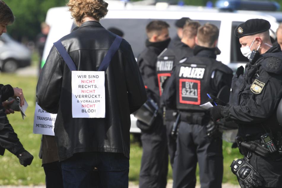Ein Teilnehmer einer Demonstration gegen die Anti-Corona-Maßnahmen steht auf der Theresienwiese.