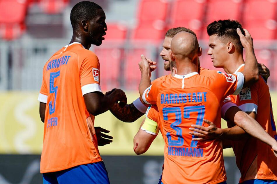 Die Darmstädter gratulieren Torschütze Mathias Honsak nach seinem Treffer zu 0:1.