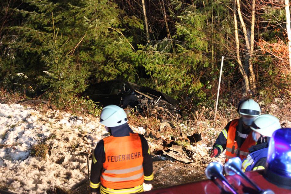 Ins Schlingern geraten und überschlagen: Fordfahrer und Hund bei Unfall auf A38 verletzt