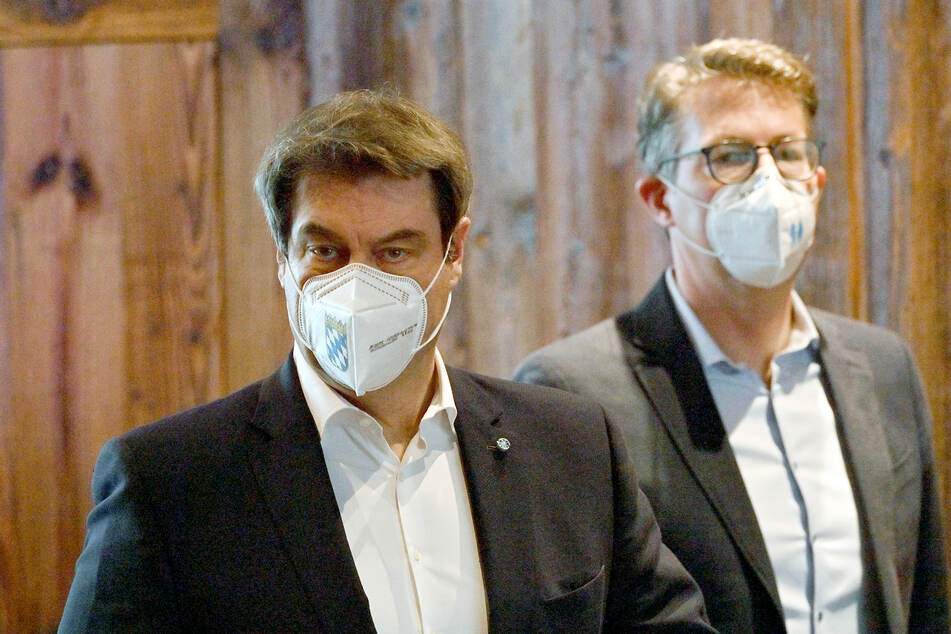 Markus Söder (54, l), CSU-Parteivorsitzender und bayerischer Ministerpräsident, und Markus Blume (46), CSU-Generasekretär, gehen vor Beginn der Videokonferenz des CSU-Vorstands zu einem Statement.