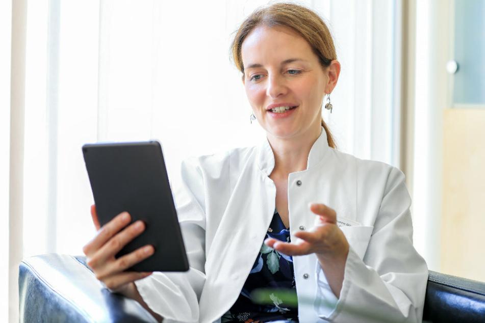 Susanne Dörr, Ärztliche Direktorin der Poliklinik am Helios Klinikum bei einer Videosprechstunde.
