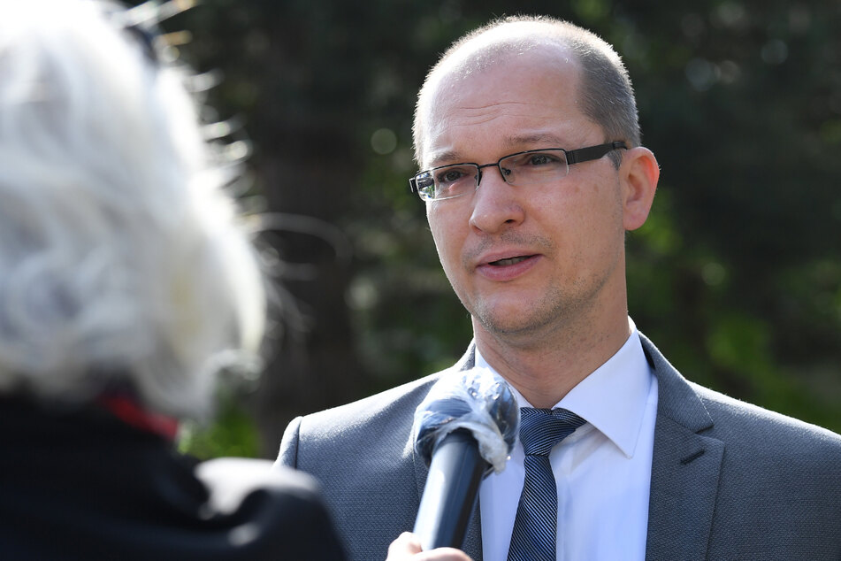 Stefan Möller (46), Landtagsabgeordneter der AfD Thüringen, spricht in ein Mikrofon. Der 46-Jährige hat eine Klage gegen die Einstufung seiner Partei als extremistisch durch den Landesverfassungsschutz nicht ausgeschlossen.
