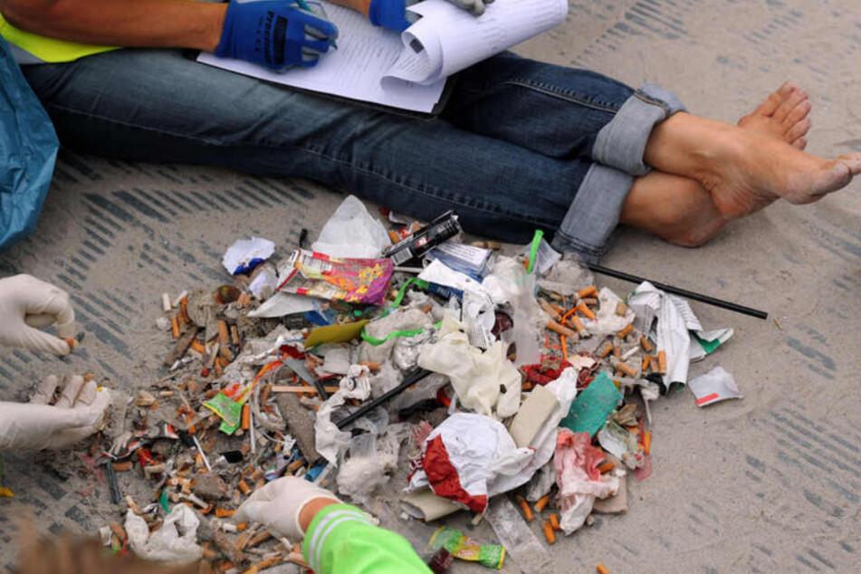 Zigarettenkippen, Essensreste oder entsorgte Strandutensilien ... Urlauber hinterlassen nicht nur Geld...