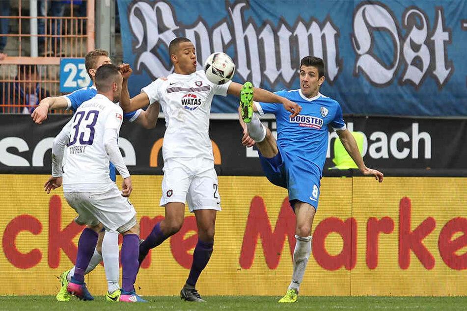 Louis Samson (2.v.r.) behauptet sich gegen den Bochumer Anthony Losilla. Samson spielte erneut stark und nahm den Zähler gern mit.