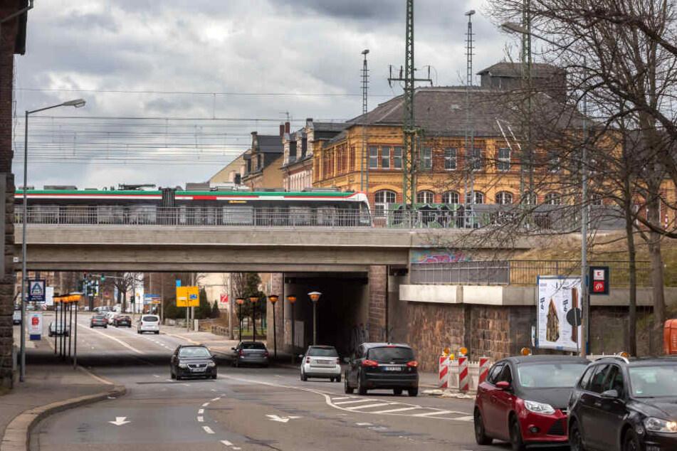 Über der August-Bebel-Straße soll ab 2025 beim Ausbau Chemnitz-Leipzig ein neuer Haltepunkt für den Nahverkehr gebaut werden. IC und ICE werden hier nicht halten.