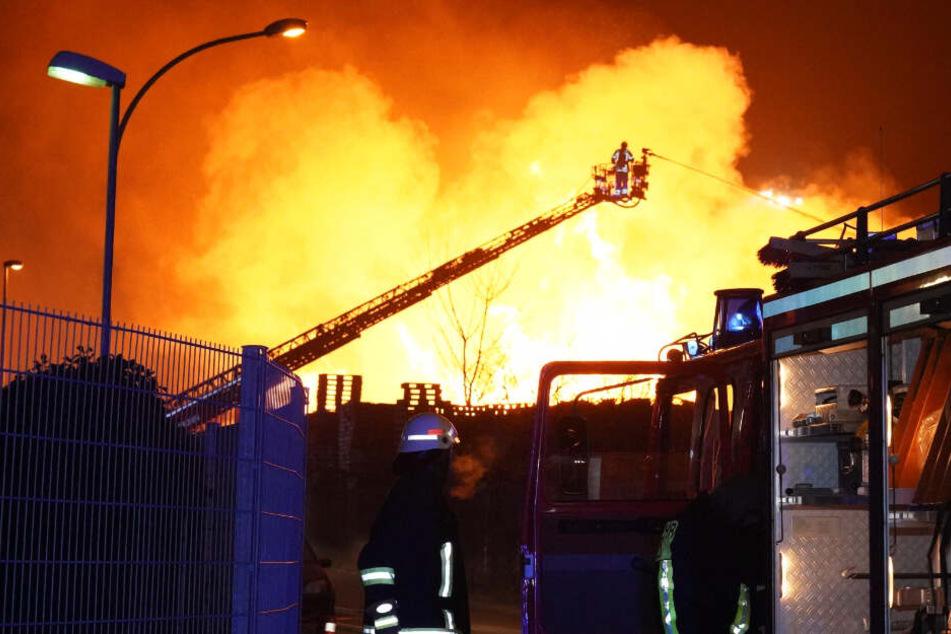 Flammen-Meer auf Industriegelände: Der Schaden geht in die Millionen!