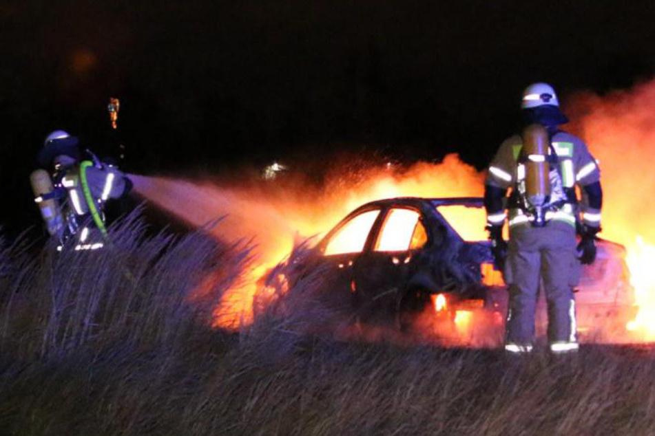 Der Wagen brennte komplett aus.