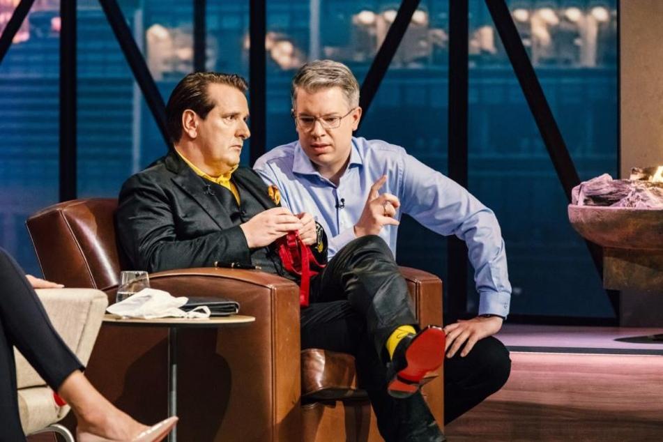 Während die anderen sich noch beraten, tüten Ralf Dümmel und Frank Thelen den Deal hinterrücks ein.
