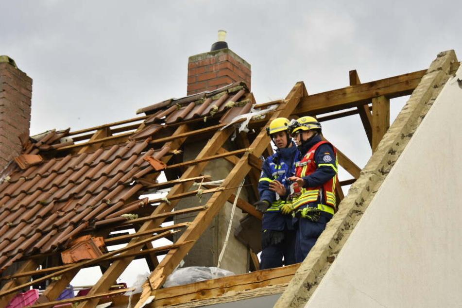 Ein beschädigtes Dach eines Hauses in Bobenheim am Berg.