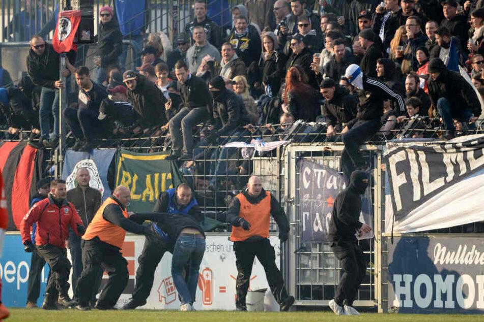 Im April 2017 stürmten Energie-Fans den Rasen des Karl-Liebknecht-Stadions und versuchten den Babelsberger Block anzugreifen.