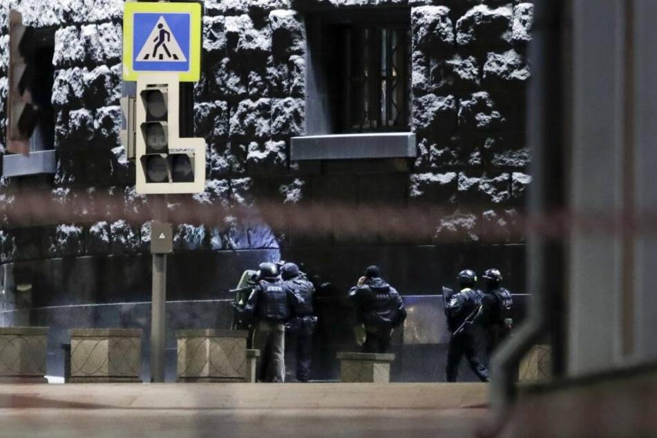 Russische Spezialeinheiten befinden sich am Tatort im Einsatz.