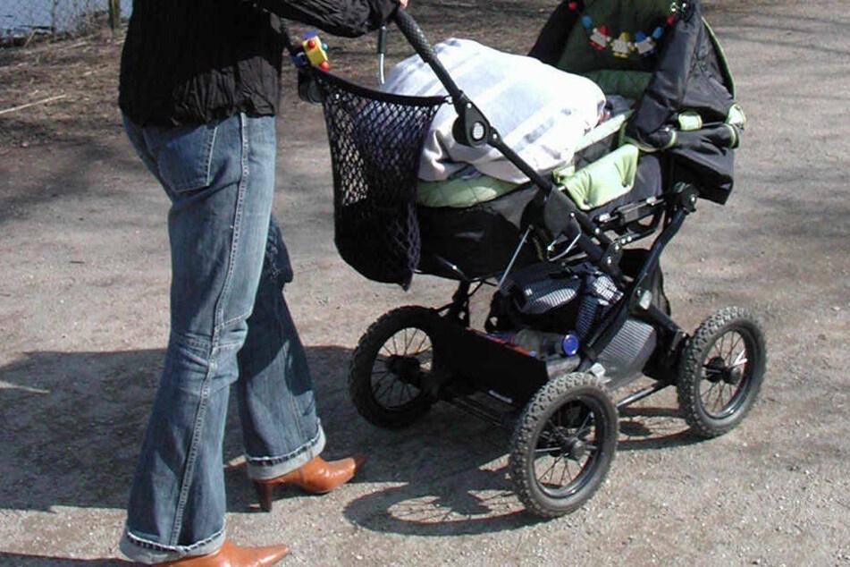 Der Mann erwischte mit seinem Rad den Kinderwagen. Das brachte den Vater des 2-jährigen Kindes zum Ausraten.