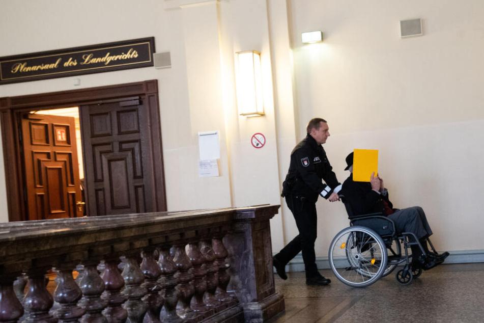 Der 93 Jahre alte ehemalige SS-Wachmann des Konzentrationslagers Stutthof wird aus dem Sitzungssaal geschoben.