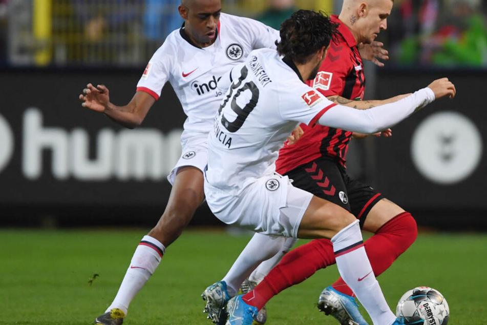 Die beiden Eintracht-Kicker Gelson Fernandes (Li.) und Goncalo Paciencia (Mi.) im Duell mit Freiburgs Jonathan Schmid.