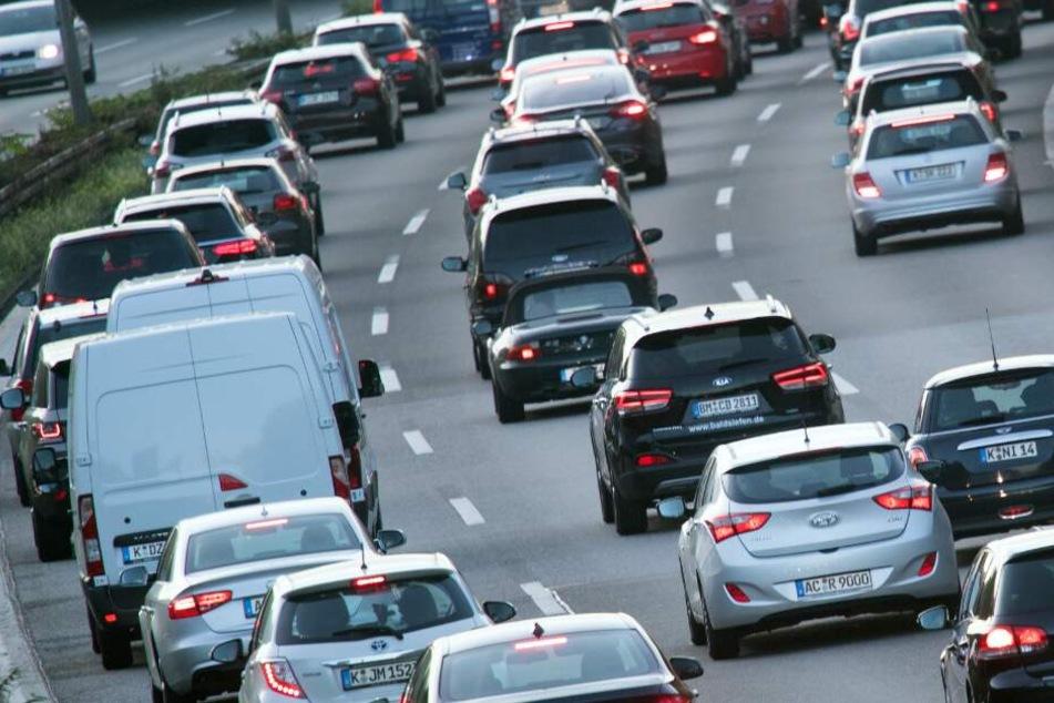 Nichts für schwache Nerven! Lange Staus und Verkehrs-Chaos in NRW