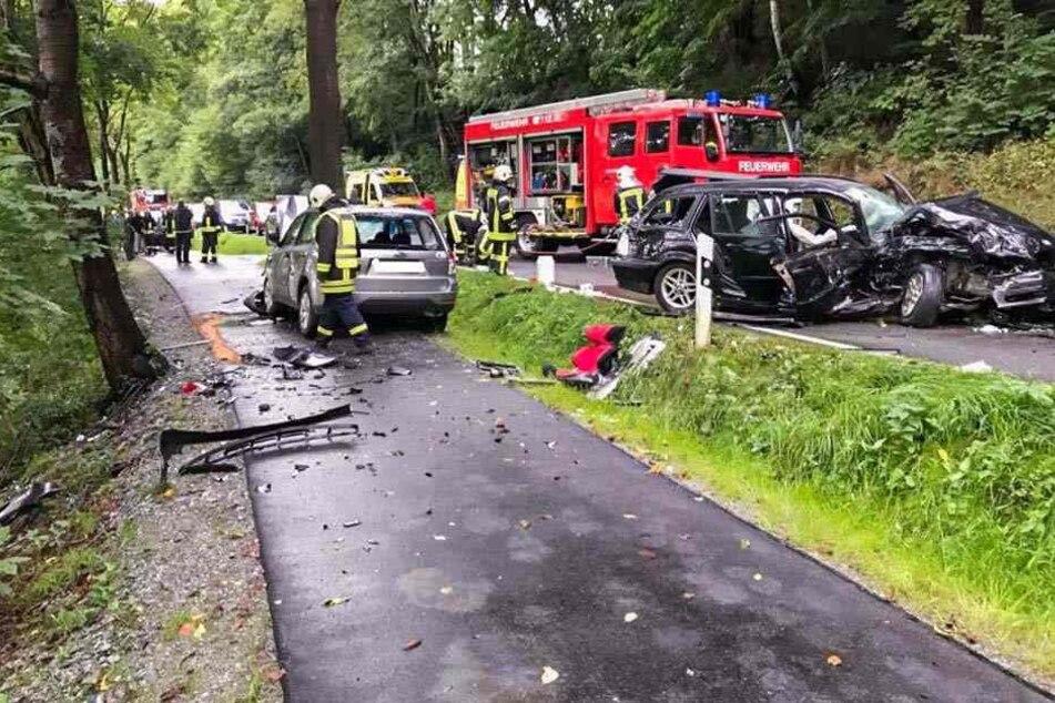 Bei dem heftigen Crash sind zwei Personen verletzt worden.