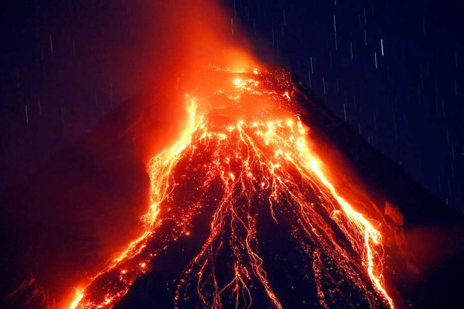 Nach tagelangem Brodeln und Lavaströmen hat der philippinische Vulkan Mayon am Montag eine riesige Aschewolke in den Himmel geschleudert.