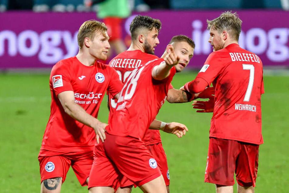 Florian Hartherz (m.) feierte seinen Treffer in Bochum mit der Mannschaft.