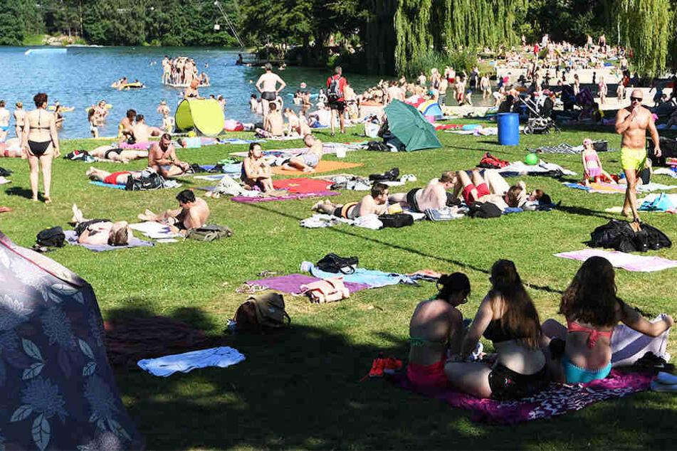 Im Sommer genießen die Menschen gerne die Sonne an den Badeseen OWLs wie hier am Nesthauser See in Paderborn