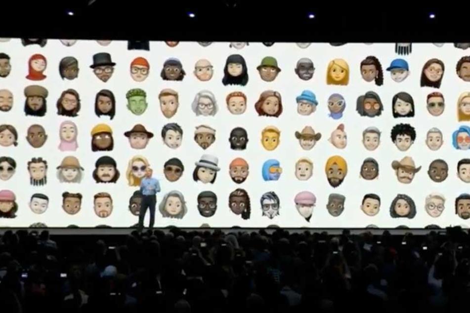 Craig Federighi, Vizepräsident von Apple, stellt während der Keynote die neuen Emojis vor.