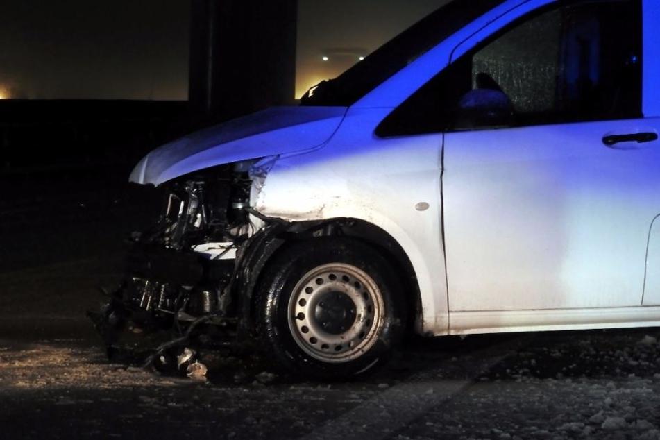Die Front des Mercedes-Transporters wurde beim Zusammenstoß mit der Leitplanke stark beschädigt.