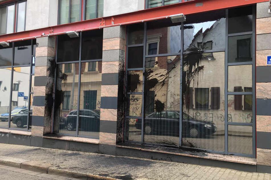 Die Polizeistation in der Biedermannstraße hat eine Menge teerhaltiger Farbe abbekommen. Steinwürfe haben die Scheiben beschädigt.