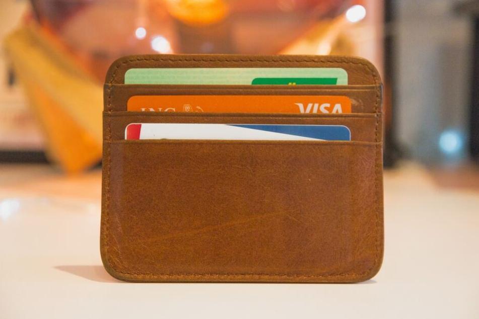 Online werden heute viele Zahlungsmöglichkeiten geboten – dazu auch der Raten- und der Rechnungskauf.