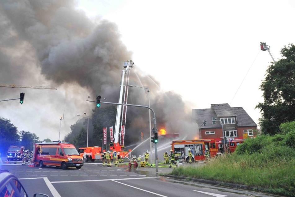 Das Feuer hat den gesamten Rewe-Markt in Beschlag genommen, brach am Sonntagabend aus.