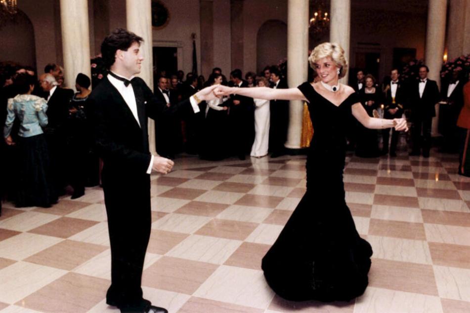 1985: Mit Hollywoodstar John Travolta legt Prinzessin Diana im Weißen Haus in Washington (USA) eine flotte Sohle aufs Parkett.