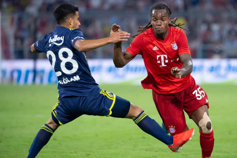 Renato Sanches (r) von München und Murat Saglam von Istanbul kämpfen um den Ball.