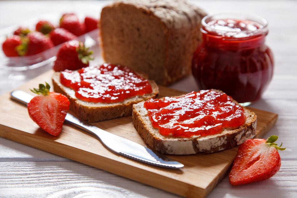 Erdbeermarmelade gehört für viele Menschen auf den Frühstückstisch.