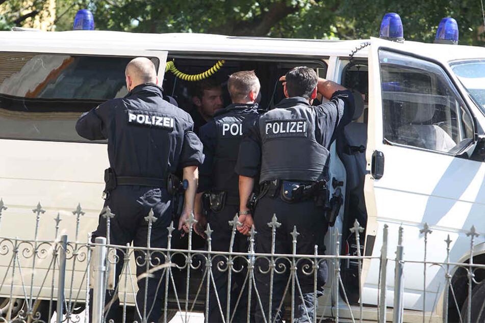 Als die Polizei zur Zwangsräumung eines Hauses nach Reuden fuhr, war noch nicht absehbar, dass diese mit einem Schusswechsel endet.