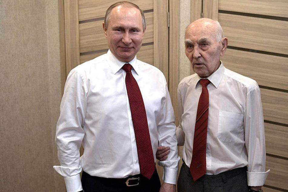 Vladimir Putin mit dem Geburtstagskind Lazar Matveyev (90).