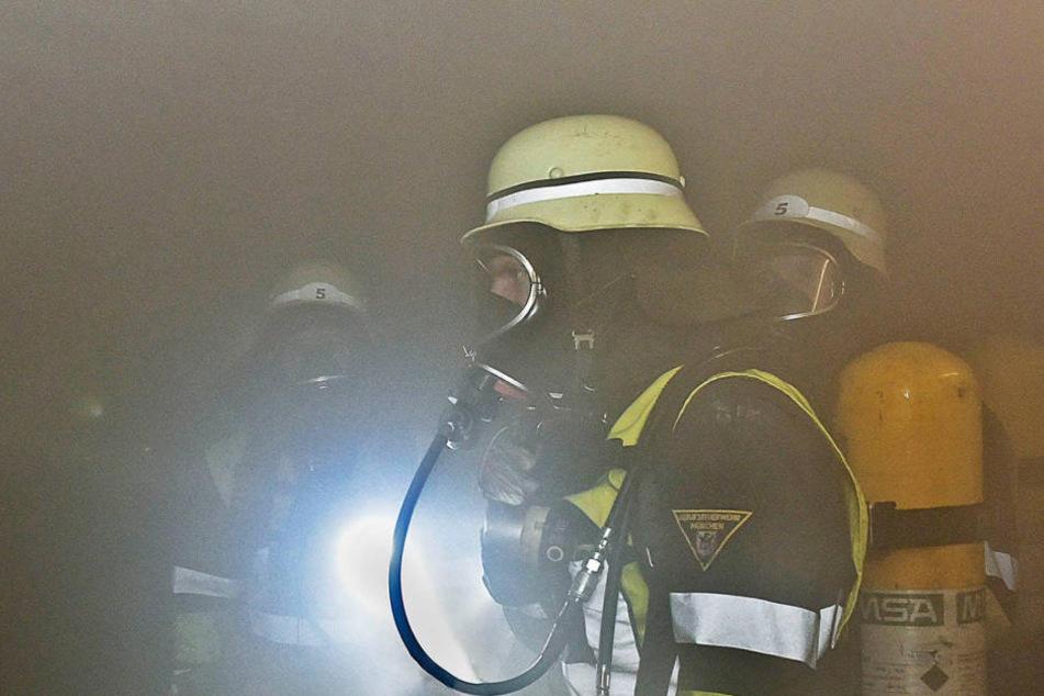 Atemschutztrupps der Feuerwehr kontrollierten das Gebäude. (Symbolbild)