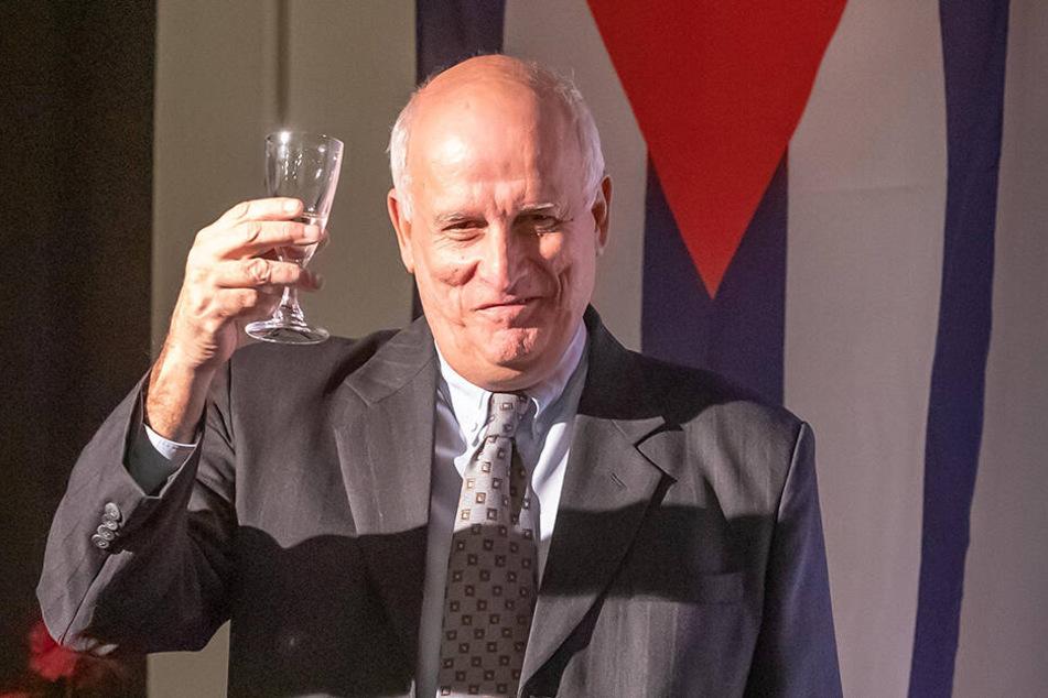 Prost! Für Botschafter Ramon Ripoll Diaz gab es einen Schluck Karl-Marx-Sekt.