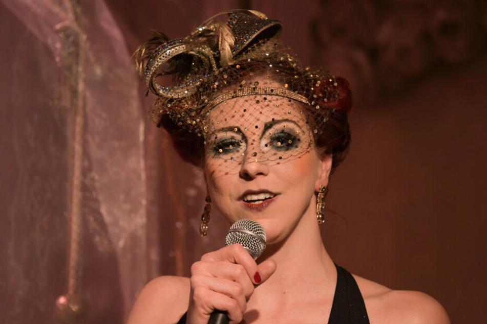 Burlesque-Star Eve Champagne auf der Bühne.