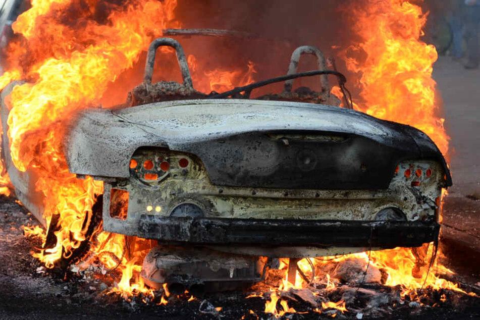Sechs Wagen standen in Heddernheim in Flammen. (Symbolbild)