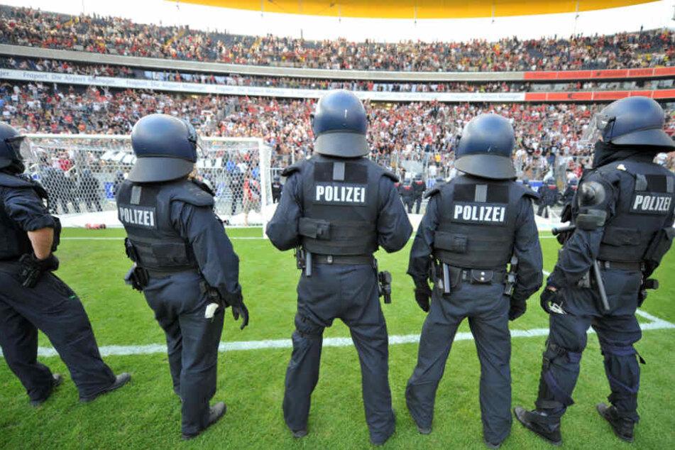 Laut Singelnstein ist die Wahrscheinlichkeit, Opfer von Polizeigewalt zu werden, bei Fußball-Fans höher. (Symbolbild)